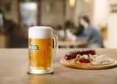 Pivo Čechům stále chutná, životní styl se ale mění