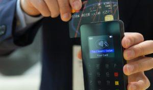 Za poslední tři roky Češi při placení kartou v obchodech utratili téměř 500 miliard korun