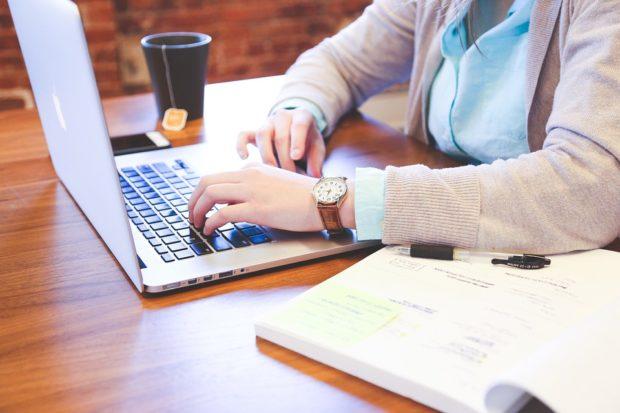 Více než deset procent seniorů nakupuje na internetu. Volí platbu v hotovosti
