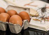 Tesco přestane prodávat vejce z klecových chovů ve středoevropských obchodech do roku 2025