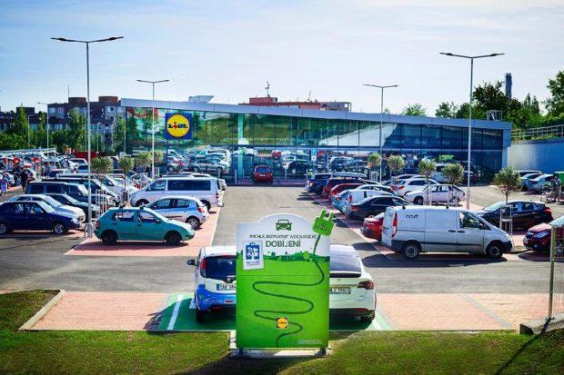 Lidl začíná instalovat u prodejen nabíjecí stanice pro elektromobily