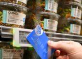 Nákup bez pokladen, stačí přiložit kartu ke zboží a jít. Ahold zkouší v Nizozemsku nakupování budoucnosti
