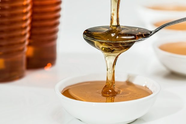 Loni nevyhovělo 15 % kontrolovaných potravin, nejhůře dopadly med a masné výrobky