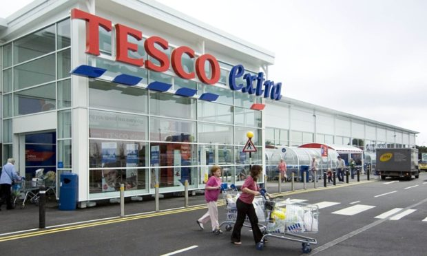 Tesco přitvrzuje v boji proti plastům. V Británii přestane přijímat neekologické obaly