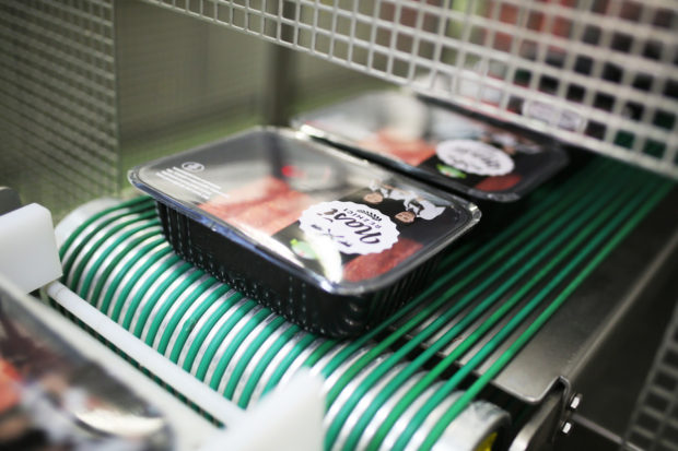 Reportáž: Kaufland sází na grilovací sezónu, produkuje více než sto tun masa denně