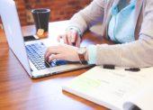Před nákupním rozhodnutím hledají lidé informace na internetových platformách i u osob, jejichž názoru věří