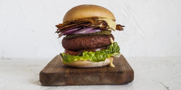 Košík.cz nově nabízí chlazené burgery bez masa, jejich výroba je šetrná k životnímu prostředí