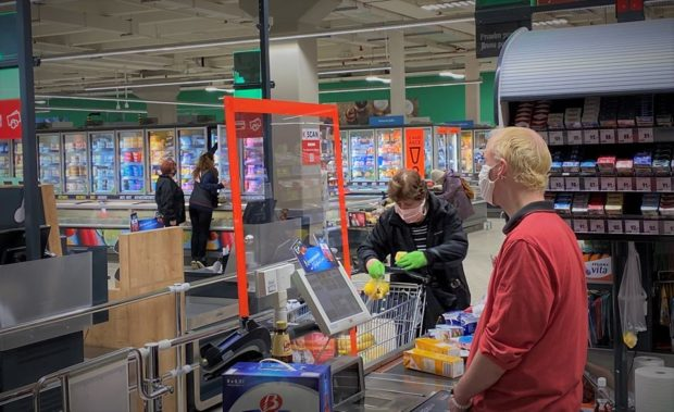 Další změna otevírací doby pro seniory, menších prodejen se omezení netýkají