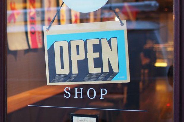 Vláda upravila plán na uvolňování mimořádných opatření, obchody se otevřou dříve