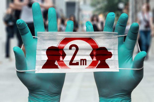 Češi dodržují opatření proti koronaviru méně než na jaře, zjistil průzkum