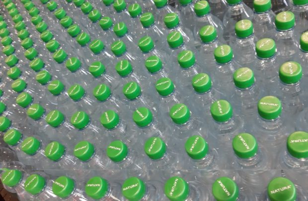 Vodu Natura v PET lahvích doplní také balení ve skle