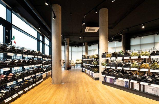 Velká specializovaná prodejna s vínem v Praze láká zákazníky